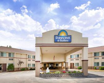 Days Inn & Suites by Wyndham Bridgeport - Clarksburg - Bridgeport - Building