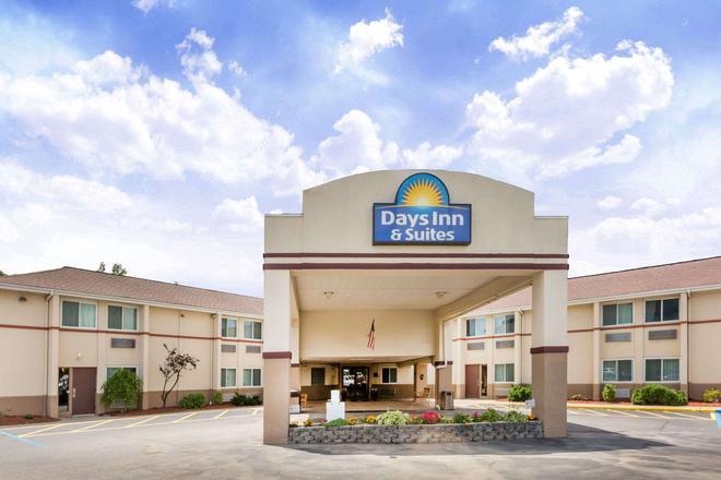 Days Inn & Suites by Wyndham Bridgeport - Clarksburg - Bridgeport - Rakennus