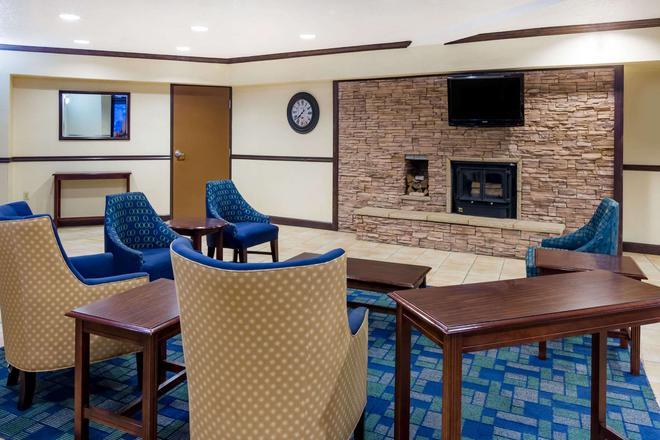 Days Inn & Suites by Wyndham Bridgeport - Clarksburg - Bridgeport - Oleskelutila
