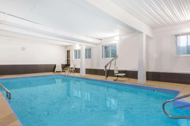 Days Inn & Suites by Wyndham Bridgeport - Clarksburg - Bridgeport - Uima-allas