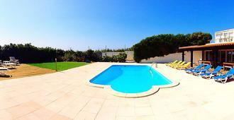 Freesurf Camp & Hostel - Peniche - Pool