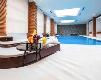 美居羅莎古多酒店 - 卡拉斯拉雅波利亞納 - Estosadok - 游泳池