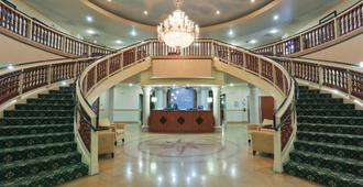 Holiday Inn Express & Suites Bakersfield Central - Bakersfield - Lobby