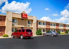Econo Lodge Inn & Suites - Newton - Building