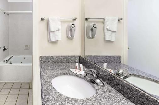 Super 8 by Wyndham Ocean Springs Biloxi - Ocean Springs - Bathroom