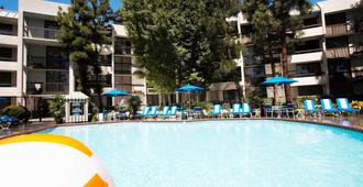 Howard Johnson by Wyndham Anaheim Hotel & Water Playground - Anaheim - Edificio