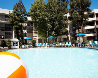 Howard Johnson by Wyndham Anaheim Hotel & Water Playground - Anaheim - Building