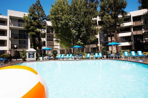 Howard Johnson by Wyndham Anaheim Hotel & Water Playground - Anaheim - Building
