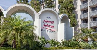 Howard Johnson by Wyndham Anaheim Hotel & Water Playground - Anaheim - Vista del exterior