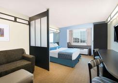 Microtel Inn & Suites by Wyndham Stanley - Stanley - Bedroom