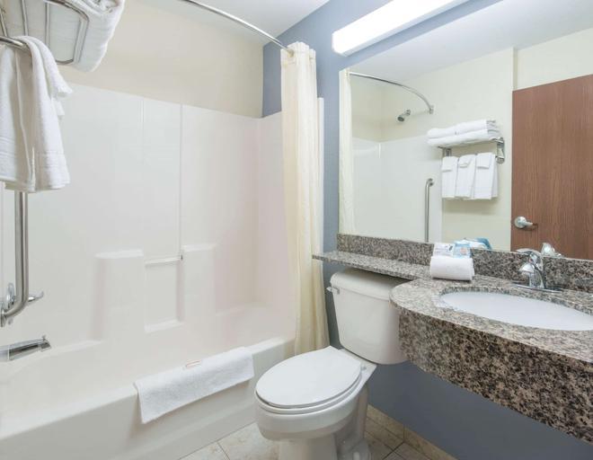 Microtel Inn & Suites by Wyndham Stanley - Stanley - Bathroom