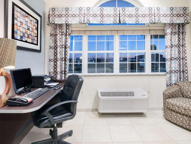 Microtel Inn & Suites by Wyndham Stanley - Stanley - Business center