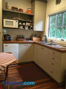 Stones Throw Cottage Bed & Breakfast - Belgrave - Kitchen