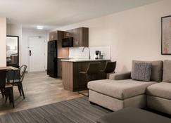 Ramada by Wyndham Airdrie Hotel & Suites - Airdrie - Chambre