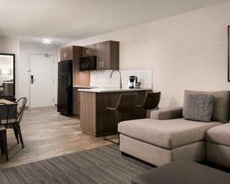 Ramada by Wyndham Airdrie Hotel & Suites - Airdrie - Bedroom