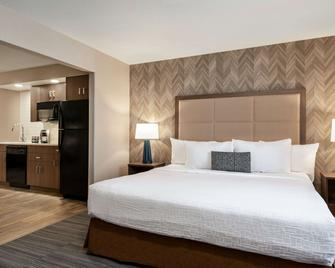 Ramada by Wyndham Airdrie Hotel & Suites - Airdrie - Ložnice
