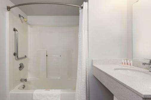 Super 8 by Wyndham Winnipeg West - Winnipeg - Bathroom