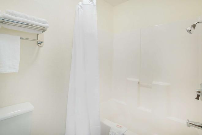 Days Inn & Suites by Wyndham Fargo 19th Ave/Airport Dome - Fargo - Bathroom