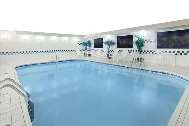 Days Inn & Suites by Wyndham Fargo 19th Ave/Airport Dome - Fargo - Uima-allas