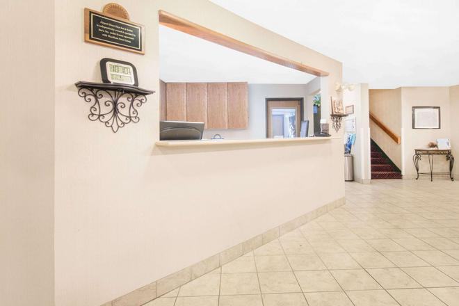 Days Inn & Suites by Wyndham Fargo 19th Ave/Airport Dome - Fargo - Front desk