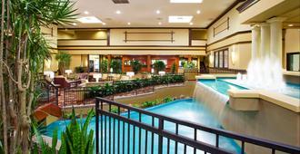 Holiday Inn Hotel & Suites Cincinnati - Eastgate, An Ihg Hotel - סינסינטי - בריכה