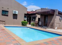 Overflow Guest House - Gaborone - Zwembad