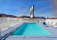 Days Inn by Wyndham Moab - Moab - Πισίνα