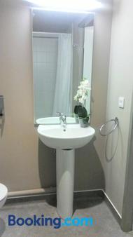 Montempo Apparthotel Strasbourg Gare - Strasbourg - Bathroom