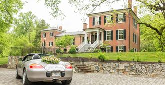 Braehead Manor - Fredericksburg - Building
