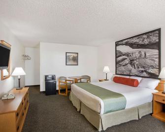 Super 8 by Wyndham Salina/Scenic Hills Area - Salina - Bedroom