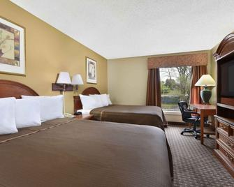 Howard Johnson by Wyndham Allentown Dorney Hotel & Suites - Allentown - Bedroom