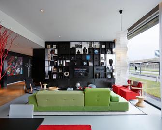 citizenM Schiphol Airport Hotel - Schiphol - Obývací pokoj