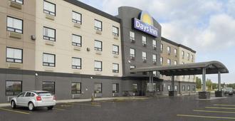 Days Inn by Wyndham Regina Airport West - Regina - Toà nhà