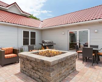 Country Inn & Suites by Radisson, Holland, MI - Holland - Патіо