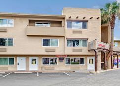 Super 8 by Wyndham Las Vegas North Strip/Fremont St. Area - Las Vegas - Building