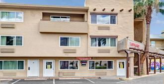 Super 8 by Wyndham Las Vegas North Strip/Fremont St. Area - Las Vegas - Bâtiment