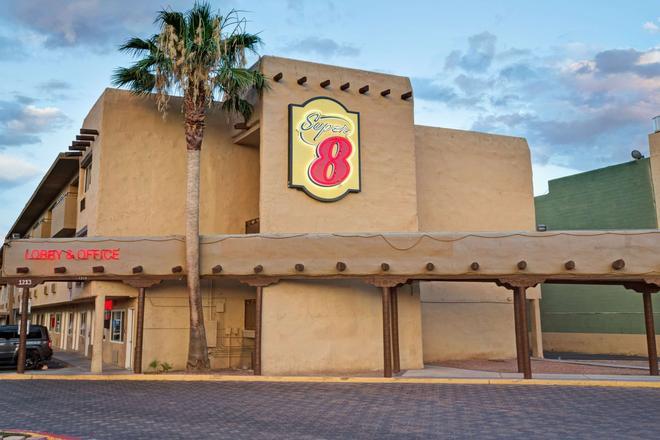 Super 8 by Wyndham Las Vegas North Strip/Fremont St. Area - Las Vegas - Edificio