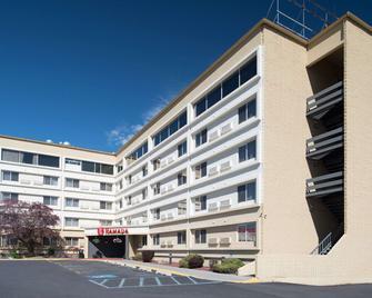 Ramada by Wyndham Downtown Spokane - Спокен - Building