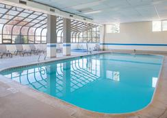 Ramada by Wyndham Downtown Spokane - Spokane - Pool