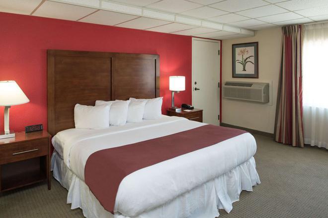 Ramada by Wyndham Downtown Spokane - Spokane - Bedroom