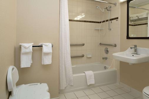 Ramada by Wyndham Downtown Spokane - Spokane - Bathroom