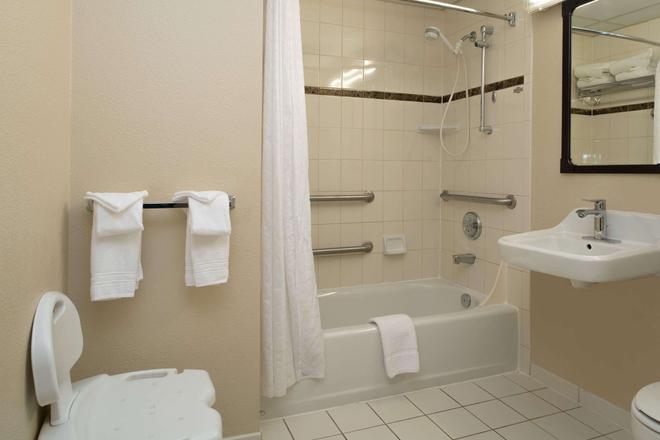 Ramada by Wyndham Downtown Spokane - Spokane - Bathroom