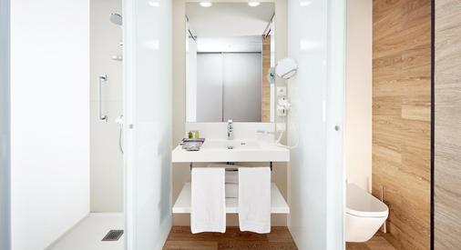 Occidental Praha - Prague - Bathroom