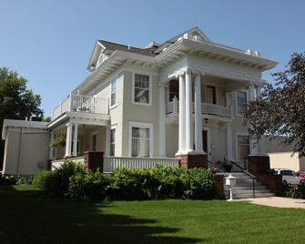 The Decker House Bed & Breakfast - Mason City - Building