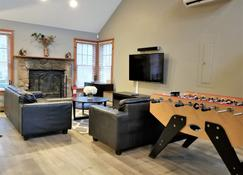 Poconos Vacation Home For Families - Tannersville - Living room