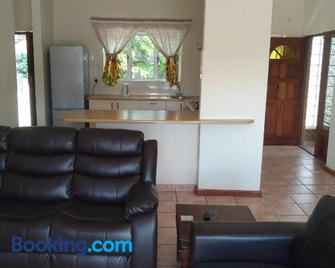 Getaway Accommodation - Durbanville - Living room