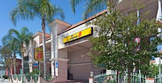 Super 8 by Wyndham North Hollywood - Los Angeles - Gebäude