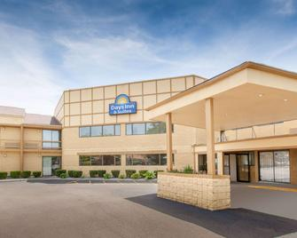 Days Inn & Suites by Wyndham Madison Heights MI - Madison Heights - Building