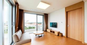 Kumho Jeju Resort - Jeju City - Living room