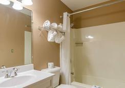 Rodeway Inn - Mitchell - Bathroom